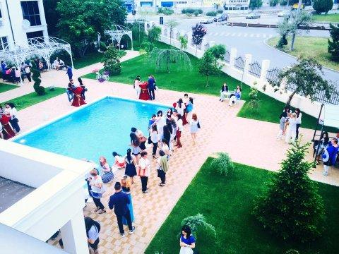 Vedere de sus curte restaurant nunti La Rocca