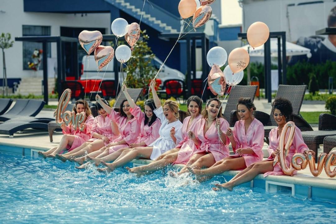 Domnisoare de onoare la piscina craiova nunti Mirage Ballroom